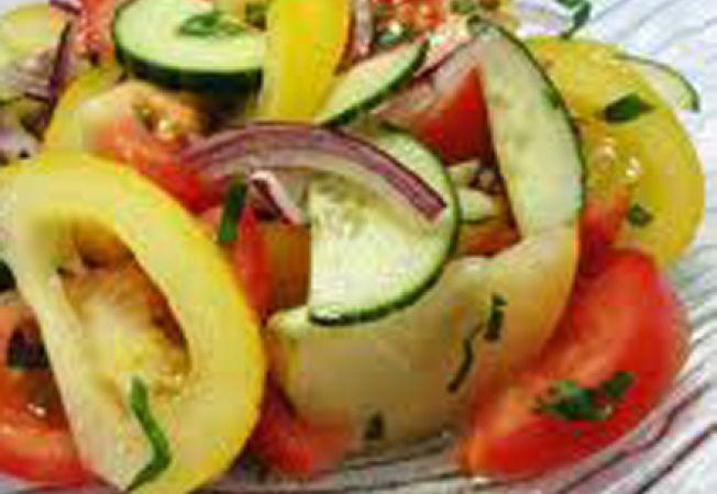 Salata de ceapa si tomate galbene si rosii