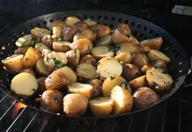 Salata de cartofi noi cu ierburi aromatice