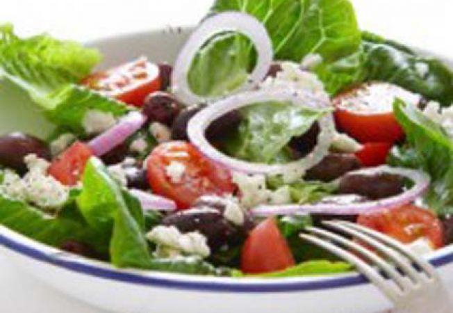 Salata greceasca cu frunze de salata verde