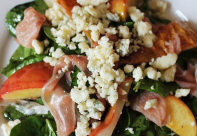 Salata cu prosciutto, gorgonzola si fructe