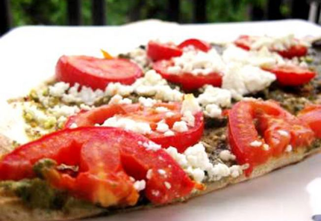 Pizza cu branza  feta si rosii