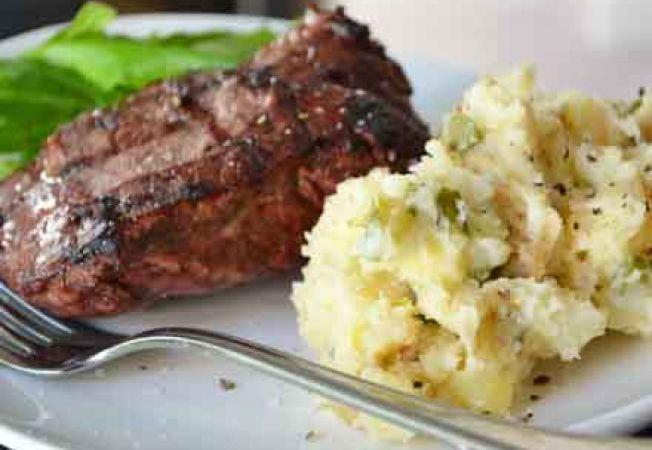Friptura de vita Diane cu piure de cartofi si mazare