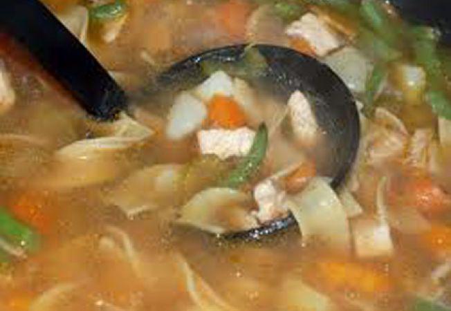 Supa de pui cu taitei si legume