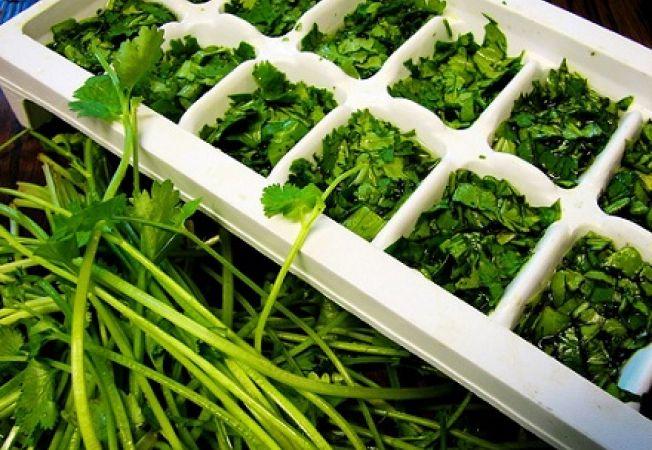 Pastreaza savoarea plantelor aromatice la congelator