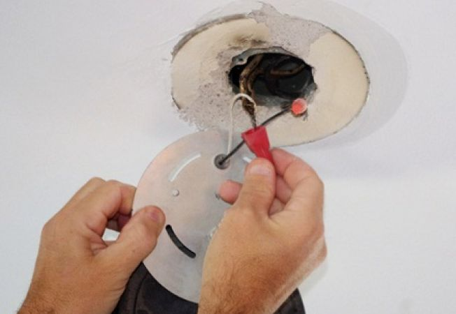 Cum schimbi o lustra sau o aplica de tavan
