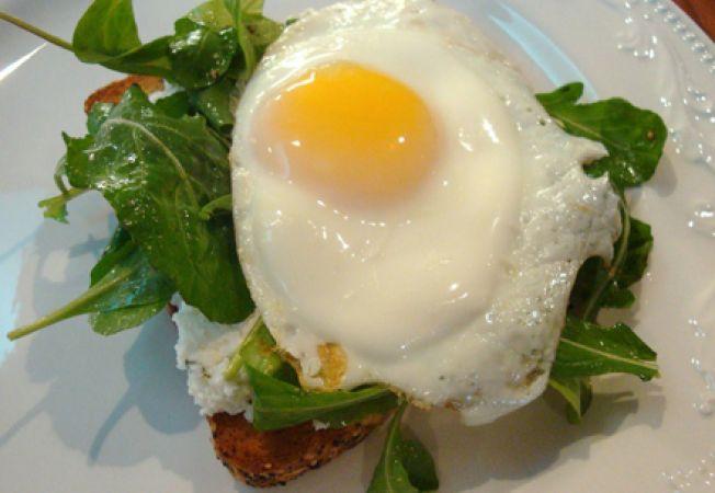 Reteta pentru mic dejun: ou cu salata de rucola si nuci