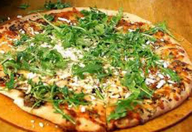 Pizza cu salata verde si lamaie