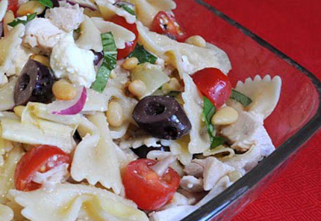 Salata mediteraneana cu paste si pui