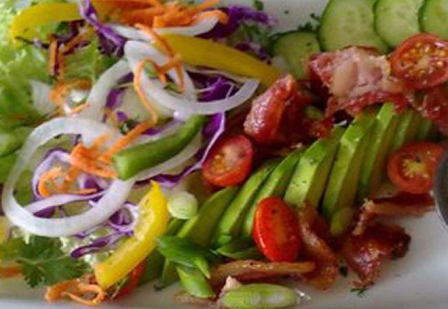 Salata de ardei gras cu branza feta si rosii