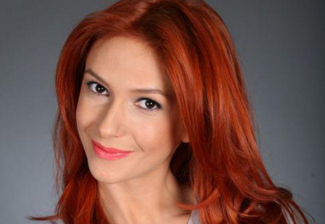 Adela Popescu isi croieste singura costumele de scena