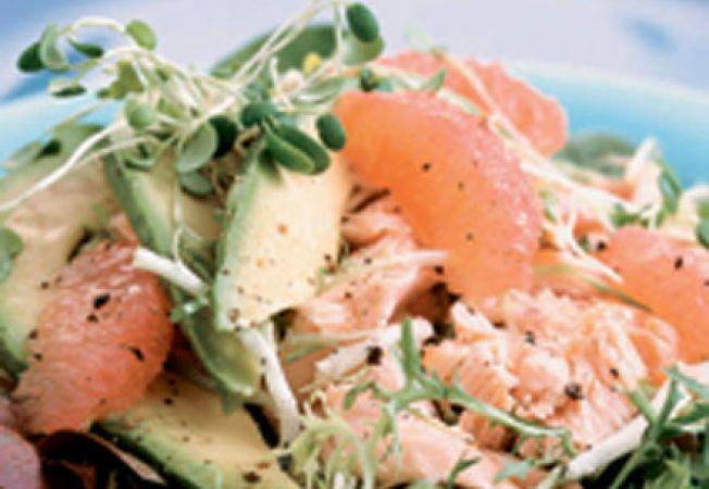 Salata cu verdeata, somon si grapefruit