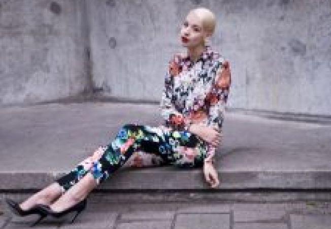 Pantalonii cu imprimeu floral: 2 tinute inspirate