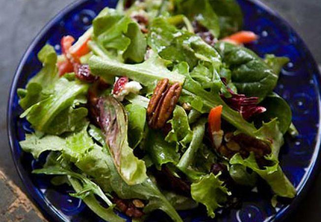 Salata cu spanac, rucola si branza de capra