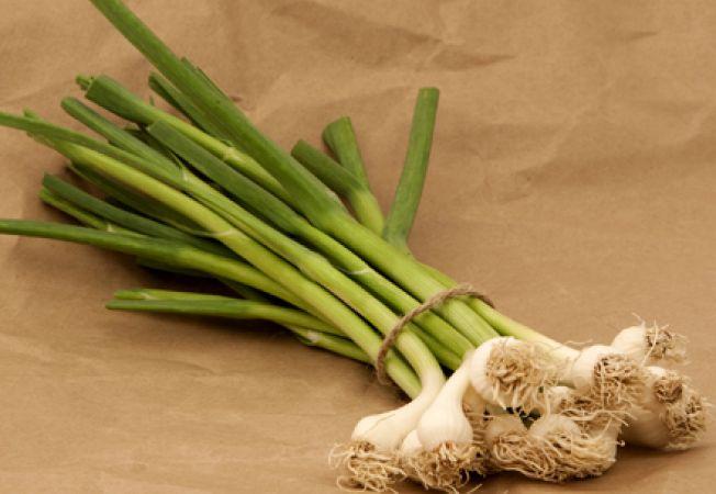 Beneficiile consumului de usturoi verde