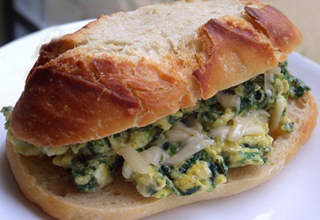 Sandwich cu oua si spanac pentru micul dejun
