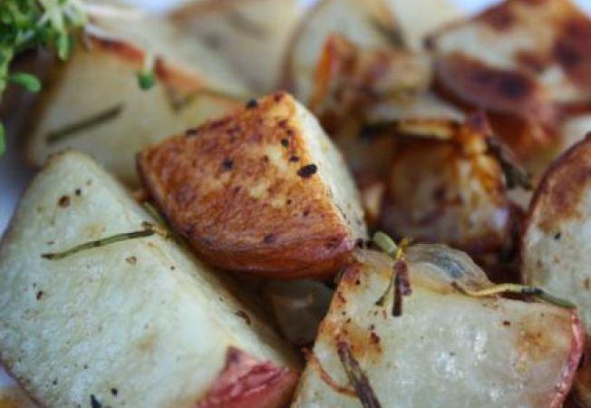 Cartofi la cuptor cu rozmarin, ceapa si usturoi