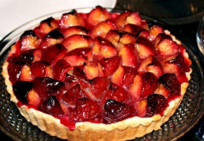 Tarta cu prune si sos de smantana