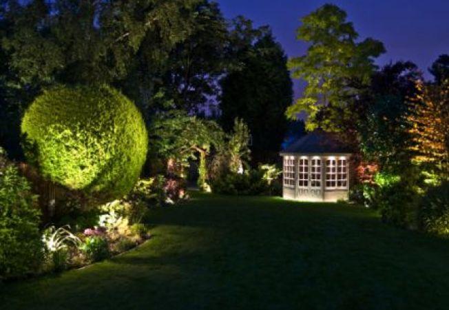 Iluminarea decorativa a gradinii vara