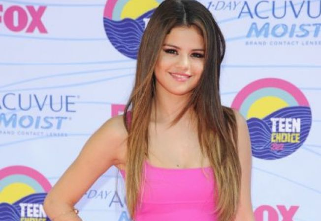Inspira-te din tinutele vedetelor de la Teen Choice Awards!