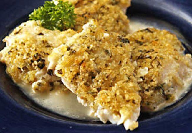 Peste in crusta de parmezan, lamaie si plante aromatice
