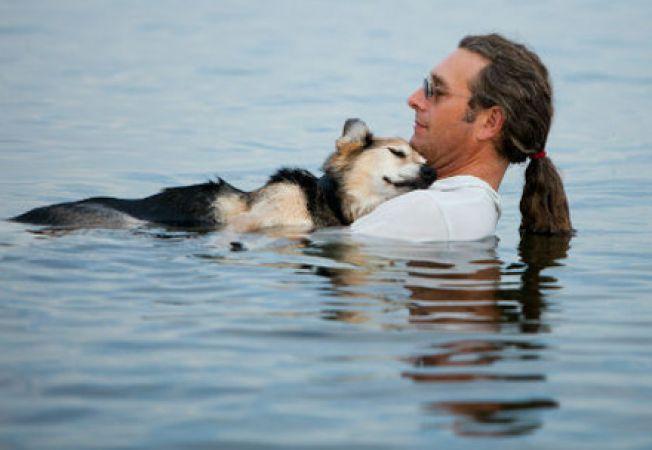 Un american isi adoarme cainele in apa (video)