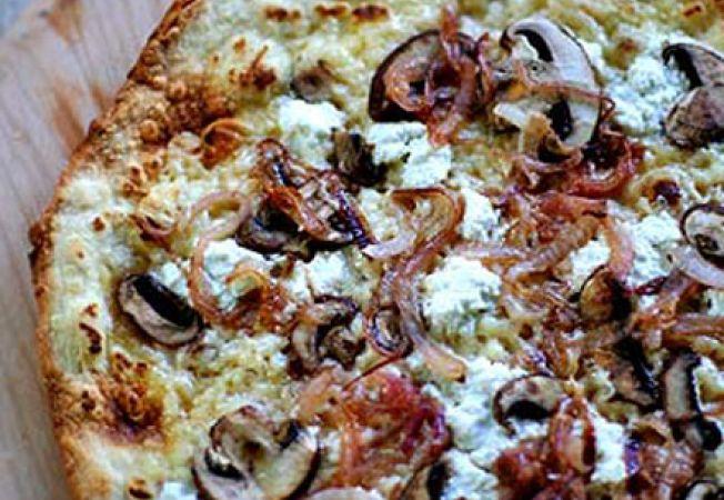 Pizza cu ceapa, ciuperci si ricotta