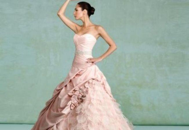 Celebritati care au imbracat rochii roz de mireasa