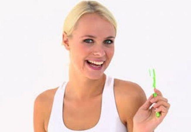 5 trucuri de infrumusetare pe care le poti face cu periuta de dinti