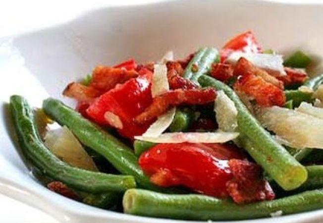 Salata calda cu fasole verde si pancetta