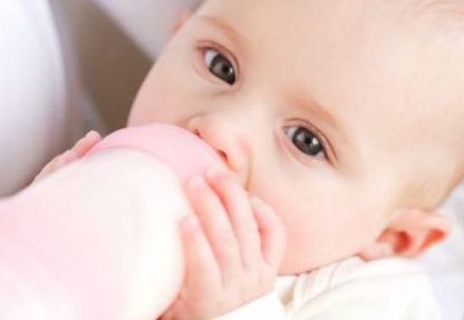 Cum dezveti bebelusul de biberon: 3 sfaturi utile si eficiente
