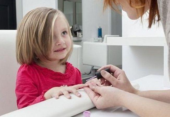 Sondaj: tot mai multi parinti cumpara produse cosmetice pentru copii