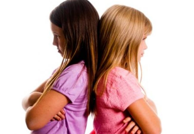 Rivalitatea dintre surori: cum le ajuti sa se inteleaga bine