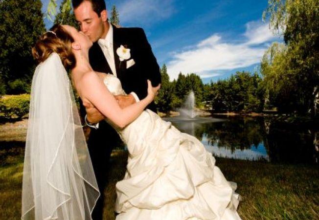Mirele modern, la fel de obsedat de planurile de nunta ca mireasa