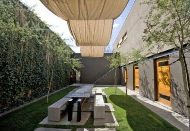 Idei de design pentru curtea interioara a unei case moderne