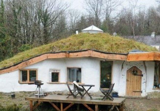 """Casa Hobbit, la un pas de a fi demolata. Autoritatile considera ca este """"daunatoare pentru zona rura"""