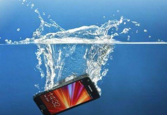 Cum iti poti repara telefonul daca ti-a cazut in apa