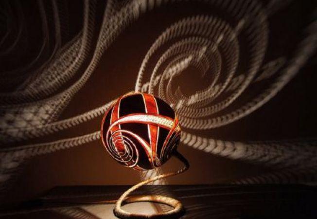Iluminat artistic: candelabre care formeaza umbre fascinante pe pereti