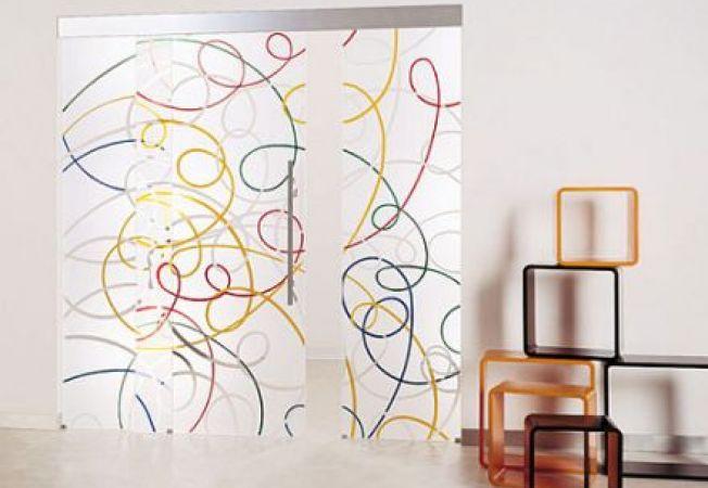 Usi din sticla cu modele artistice, pentru o transformare radicala a camerei