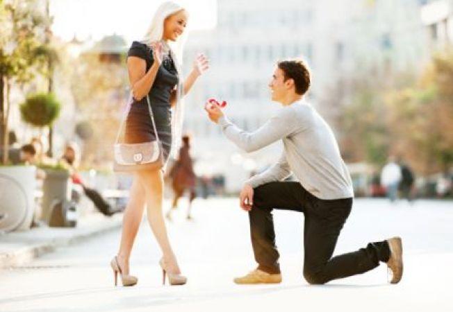 Cereri in casatorie moderne: cum sa o impresionezi cand ii oferi inelul de logodna