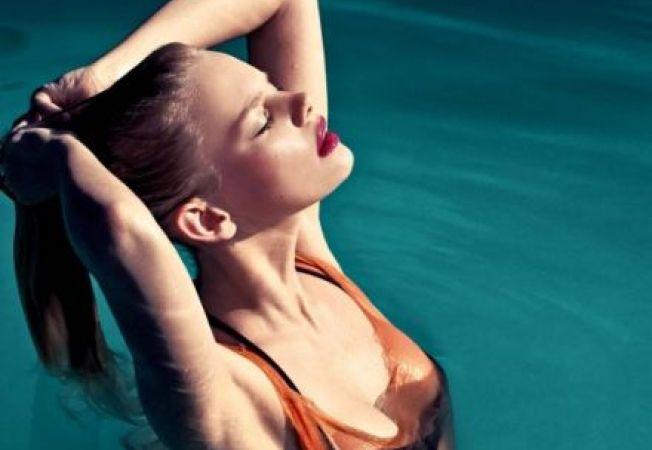 Cum sa iti protejezi si sa iti ingrijesti parul la plaja sau la piscina