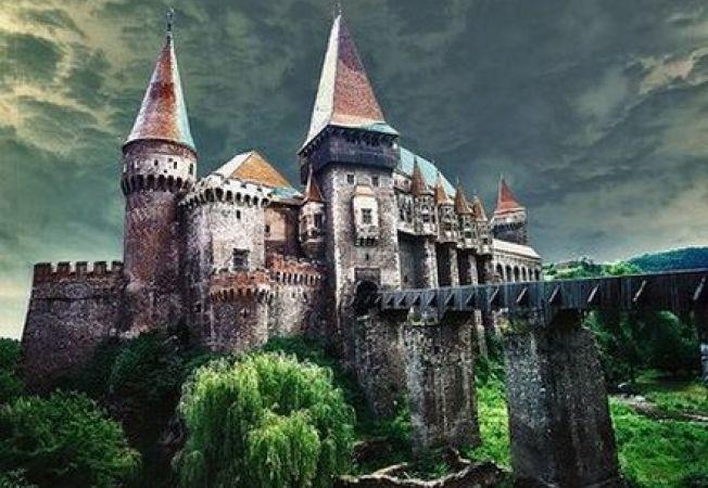 """Castelul Corvinilor din Hunedoara, in top 10 """"castele de poveste"""" din lume"""