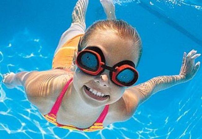 5 jocuri distractive pentru copii in piscina vara asta