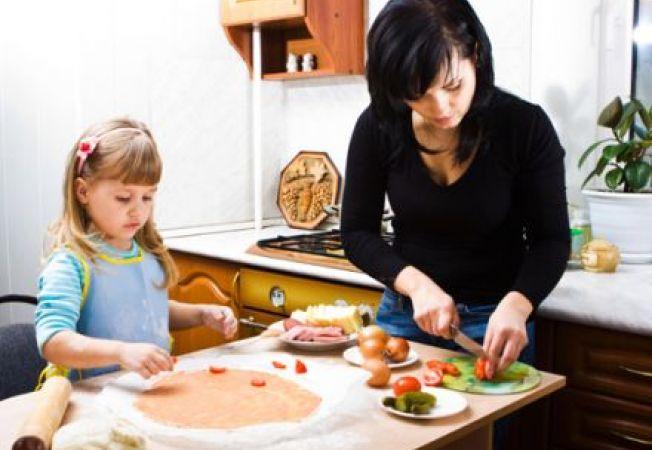 5 moduri sa iti tii copilul ocupat atunci cand gatesti
