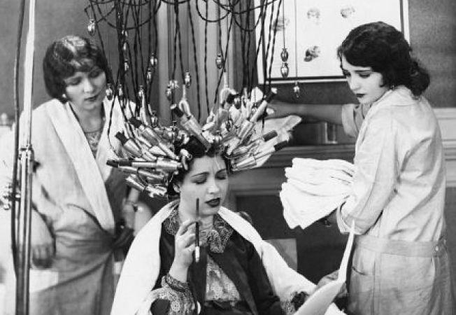 Tratamente vintage pentru frumusete. Cat sufereau femeile pentru a fi frumoase!