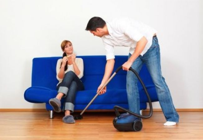Barbatii cu joburi tipic feminine fac mai multa treaba in casa