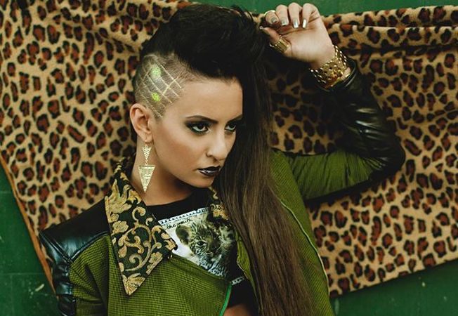 Stil de vedeta: Insiprate din look-ul glamour si indraznet al cantaretei Giulia Anghelescu