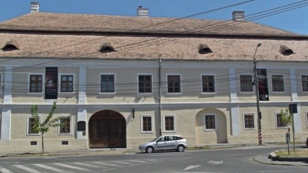 Biblioteca Teleki este adapostita de un edificiu baroc