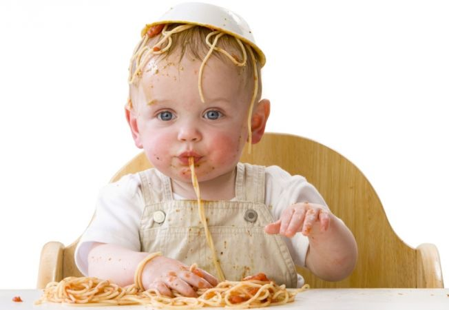 Bebelusul tau se joaca cu mancarea? Murdaria din timpul mesei stimuleaza inteligenta bebelusilor
