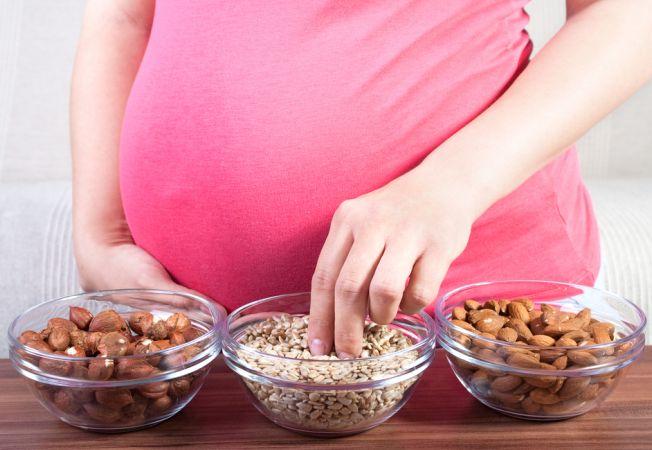 Consumul de nuci in sarcina previne una dintre cele mai frecvente afectiuni la copii