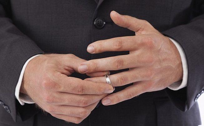 8 semne ca te intalnesti cu un barbat casatorit